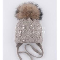 Бежевая шапка для девочки с натуральным помпономMialt